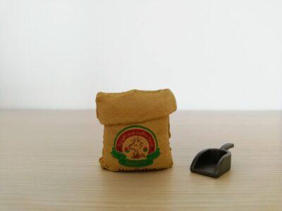 生豆の入った袋とスコップ