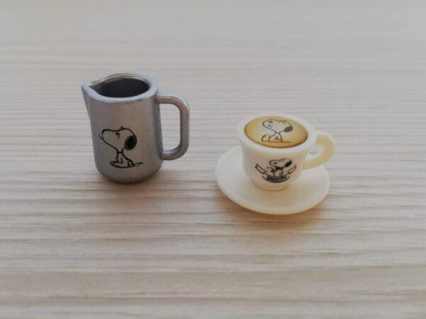 ミルクピッチャーとカップとソーサー